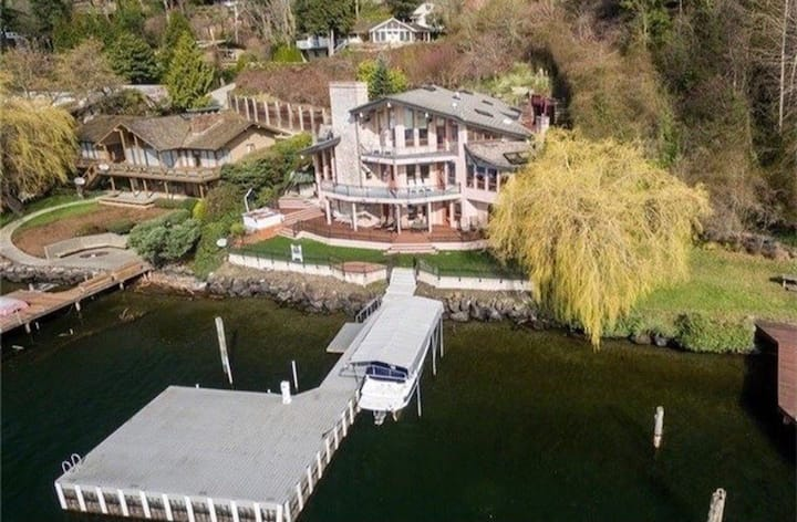 Beautiful Waterfront Home w/Private Dock & Hot tub