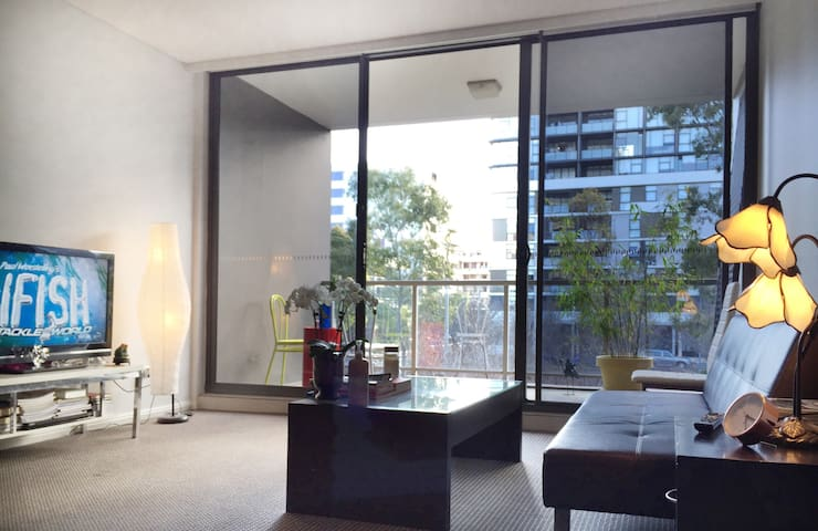 Large Stunning 1 Bedroom with Balcony & Courtyard - Zetland - Appartement