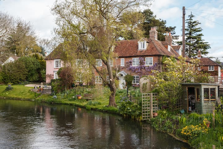 The Mill Race  overlooks the River Nadder. - Salisbury - Hus