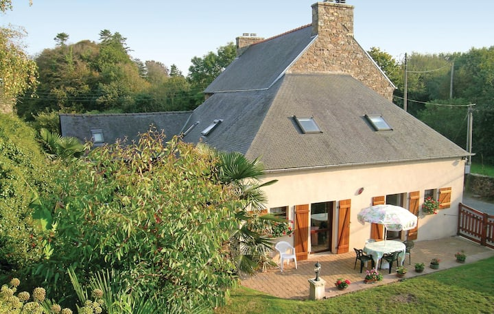Beautiful home in Lézardrieux with WiFi and 3 Bedrooms