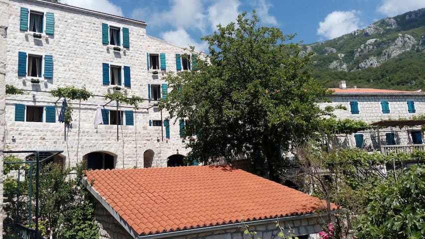 Pastrovski Konak Bedroom Apartment with Sea View - Sveti Stefan - ที่พักพร้อมอาหารเช้า