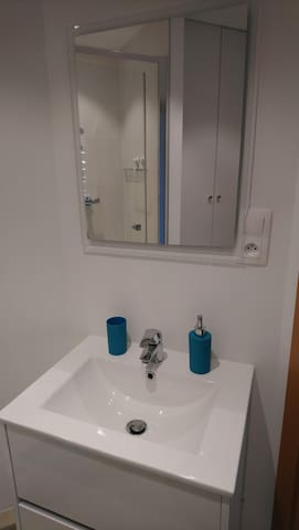 lavabo avec distributeur à savon et gobelet