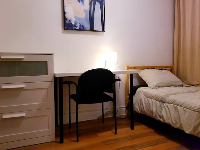 "Relaxing Room–40""TV–Center of Toronto–little Italy"