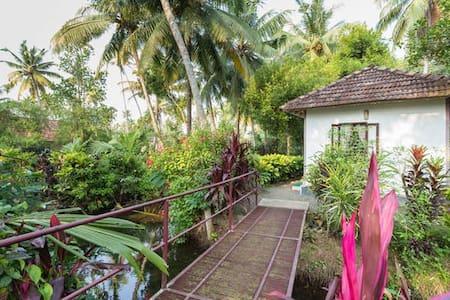 Lakeside Cottages Blended with Nature @ Kumarakom - Kumarakom - Bed & Breakfast