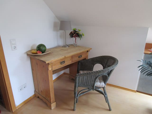 Comfortable top floor room with balcony - Burgwedel - Appartement