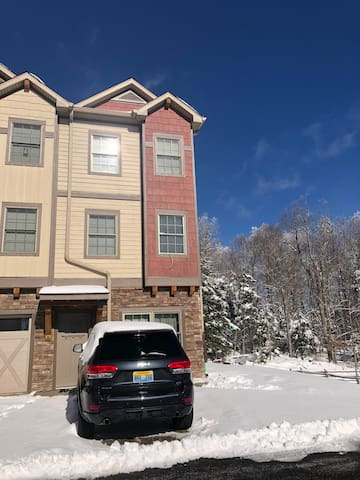 Spacious, Updated Ski Home w/ Hot Tub @ Snowshoe