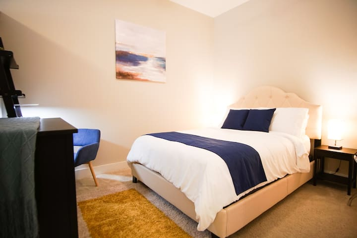 Queen Bed Uptown ◈ Top Floor View ◈ A+ Amenities
