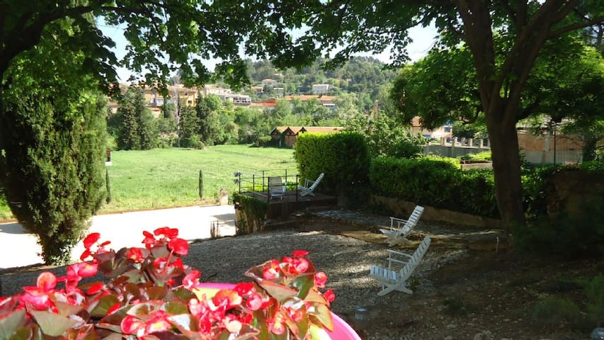 Luberon: Large studio with terrace and garden