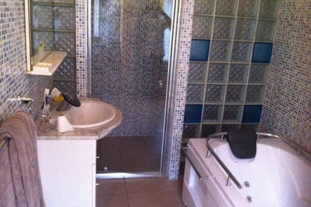 Salle de bain privée avec douche et baignoire