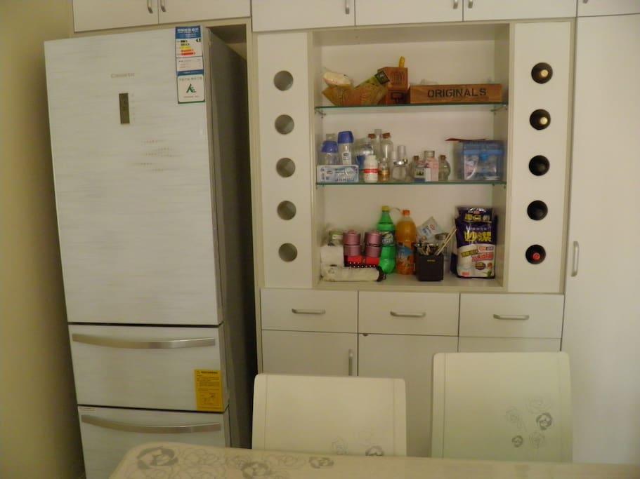 餐桌及冰箱