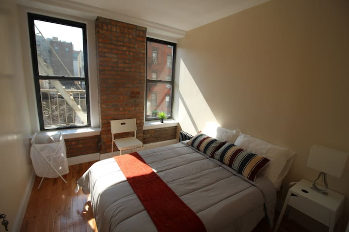 Private room just 5min Walk to 4/5/6 Trains
