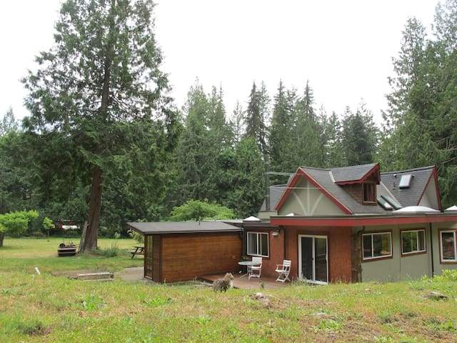 Deer Suite, overlooking forest - Roberts Creek - Apartment
