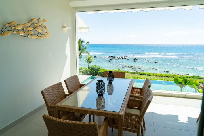 Luxury 3B beachfront apartment with pool & seaview