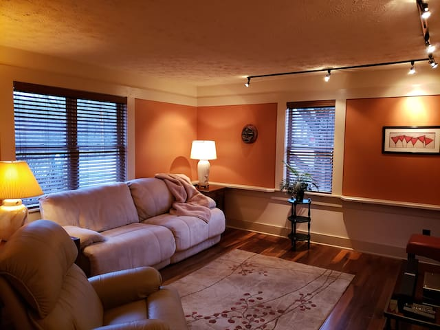 3 minutes to IU, cozy, comfy cottage home