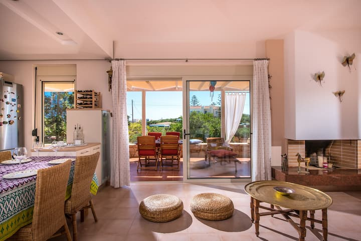 Sunny Villa close to the beach in Anissaras