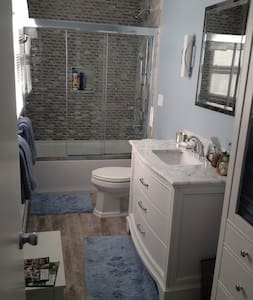 Sunny two bedroom, private bath near everything - West Hartford - Maison