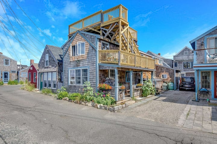 Bell Buoy: Roof Deck, Ocean Views, Short Walk to Beach, Eateries & Shops, Bearskin Neck, Parking