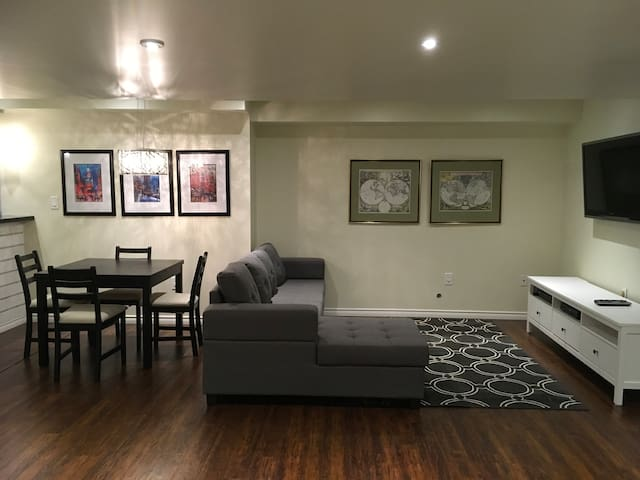 Feel At Home in Aurora/Private Basement Apartment