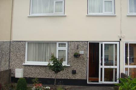 Near Dublin Warm freindly home .Double room - Casa