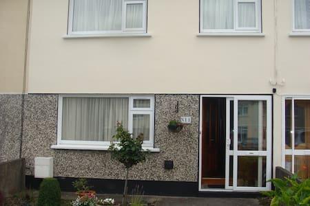 Near Dublin Warm freindly home .Double room - House
