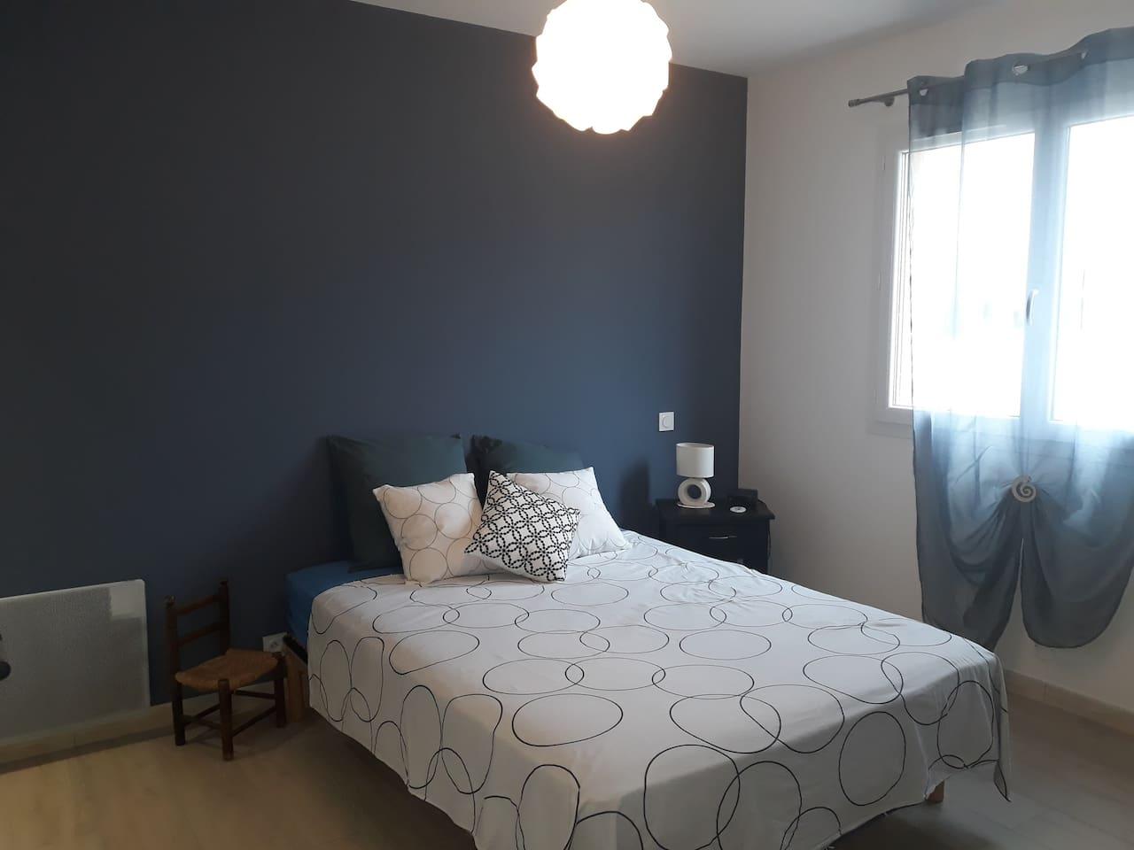 chambre avec lit double en 140, possédant sa salle de bain ainsi qu'un espace rangement