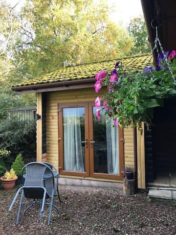 RedlandsFour - log cabin room w. private entrance - Cupar - Bed & Breakfast