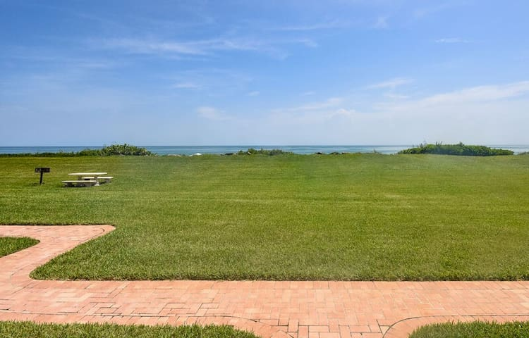 CH119 Gorgeous oceanfront 3/2 on car free beach - Totally renovated