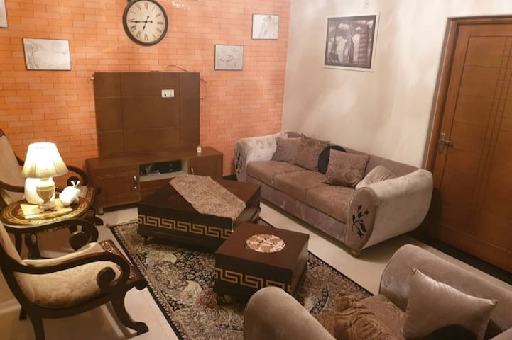 Mid of Lahore,Neat & clean portion.3 ROOMS