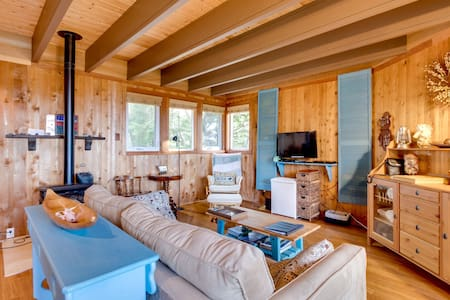 Artistic and whimsical cottage only minutes from the beach!