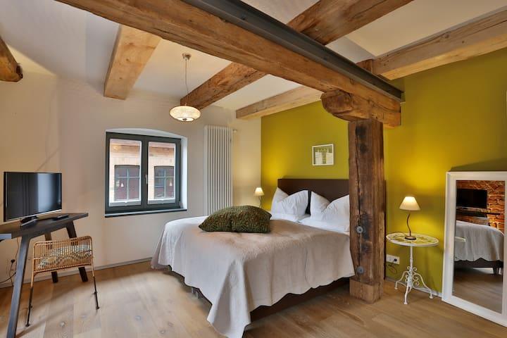2. Schlafzimmer mit TV und Sitzecke