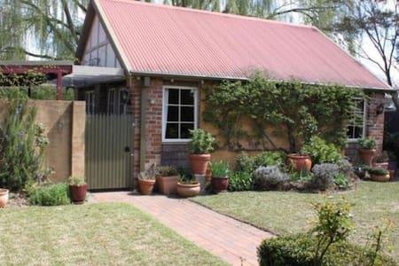 Sunny Garden Cottage in Wedding Hot Spot - Mittagong