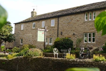 Cosy Cottage with hot tub in Skipton, North Yorks - Carleton