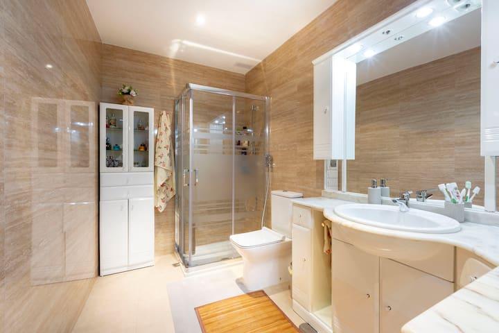 Baño privado para huéspedes  Totalmente equipado nuevo dispone de secador toallas gel champú. Limpieza diaria
