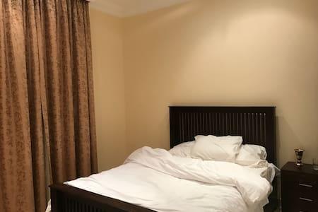 En_suit Bedroom in Huge Villa - Dubai - Huvila