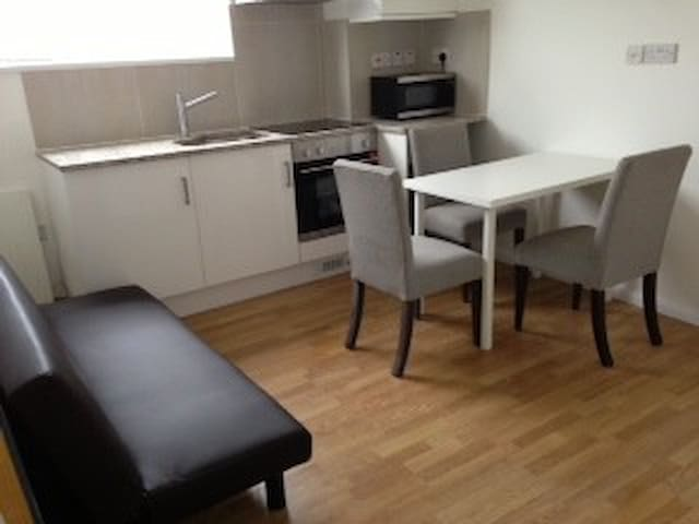 West London Zone 2, Morden two bed flat - Londres - Apartamento