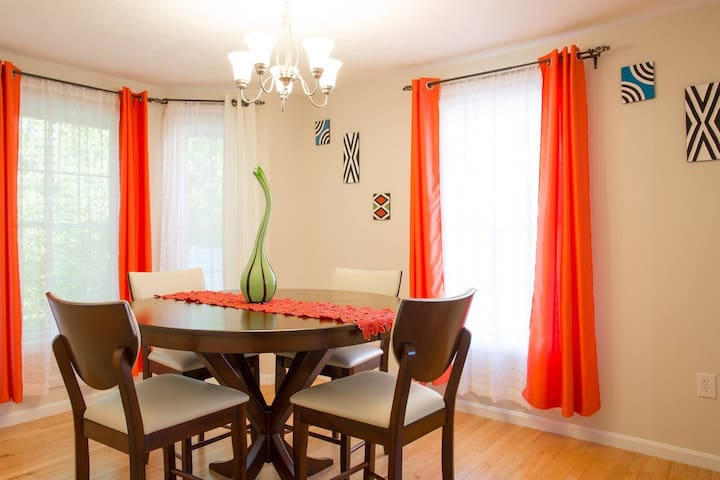 Close to everything! Cute Comfy Red Room in Dover