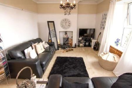 Lovely room in house with fireplace&large garden - Newport - Maison