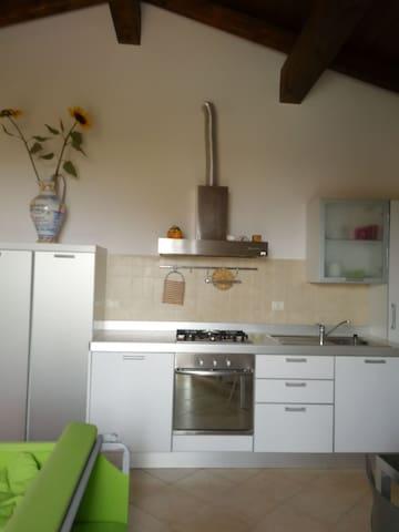 Appartamento vista mare e piscina - San Costanzo - Apartemen