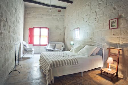 Private rooms in a character house - Ħal Tarxien