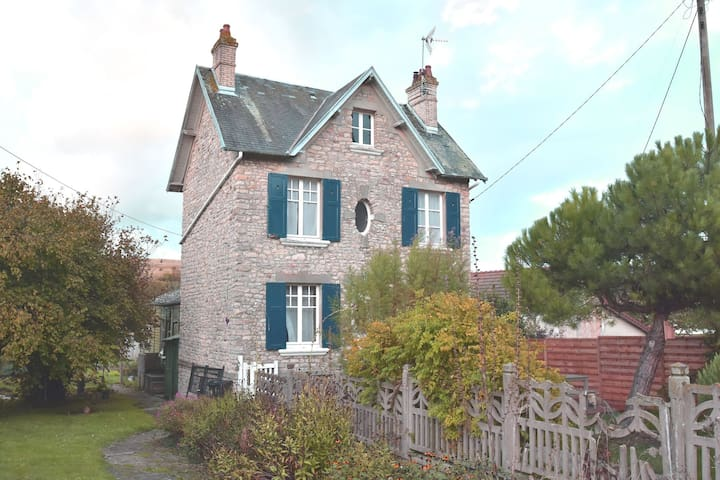 Cosy Holiday Home in Port-en-Bessin-Huppain with Garden