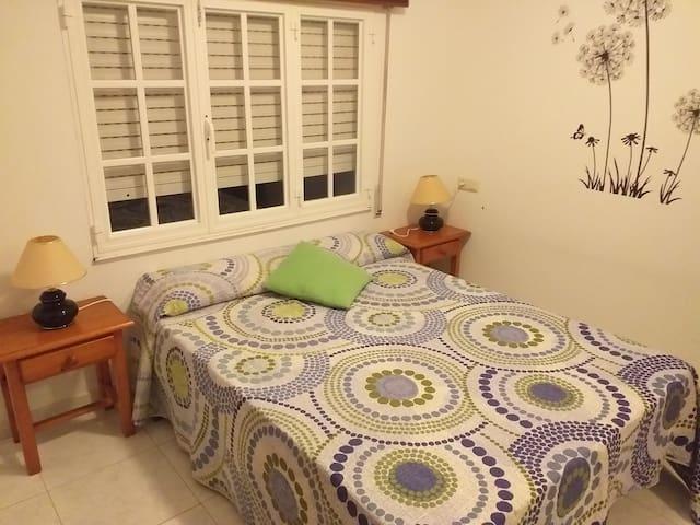 Habitacion con cama de 135cm y armario