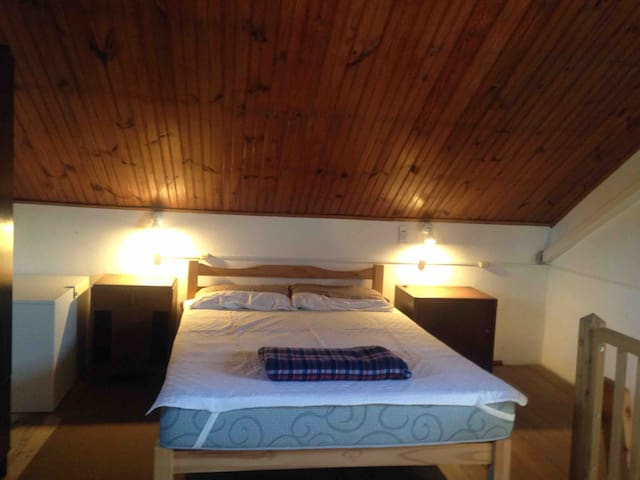 Dormitorio con aire acondicionado, una cama de dos plazas y dos de una plaza