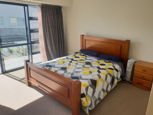 Modern, warm & cosy bedroom in the heart of Twizel
