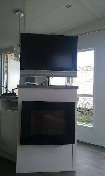 Télé écran plat au salon . Il y a aussi une prise télé dans la chambre parentale.
