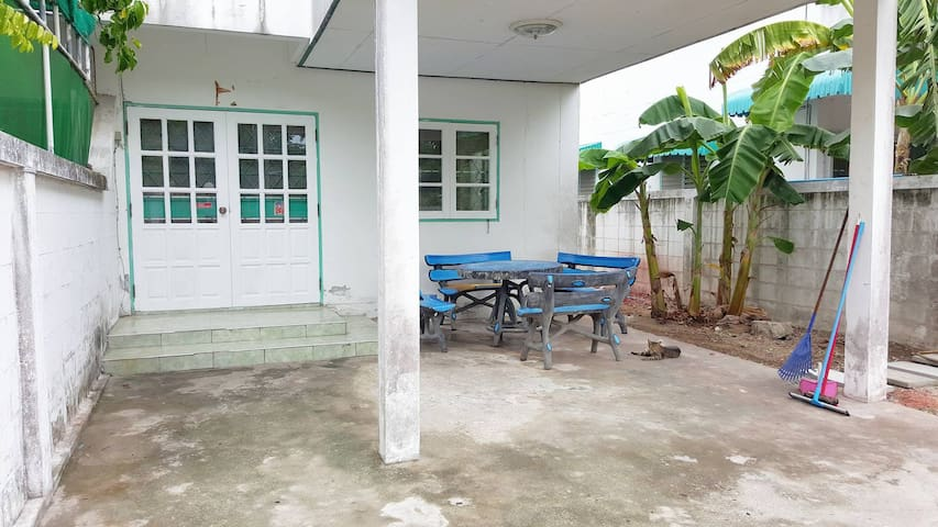 Townhouse close to the beach - Tambon Saen Suk - Huis
