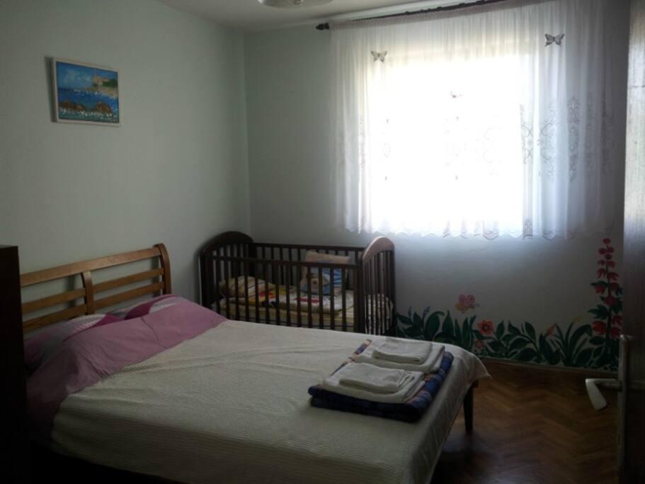 2 спальня, детская кроватка.