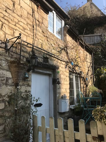 Charming rustic cottage in central Nailsworth