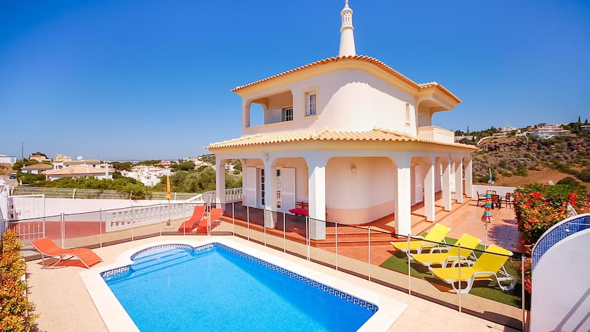 Villa Chris, (gated) pool, games room, WiFi, Airco - Albufeira