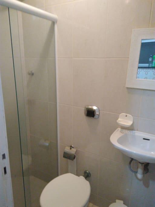 Banheiro que atende ao terceiro quarto