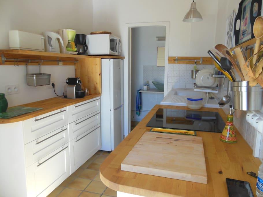 Cuisine équipée (plaques, four, four micro-ondes, cafetières classiques et Nespresso, grille-pain, bouilloire) et arrière cuisine fermée avec WC